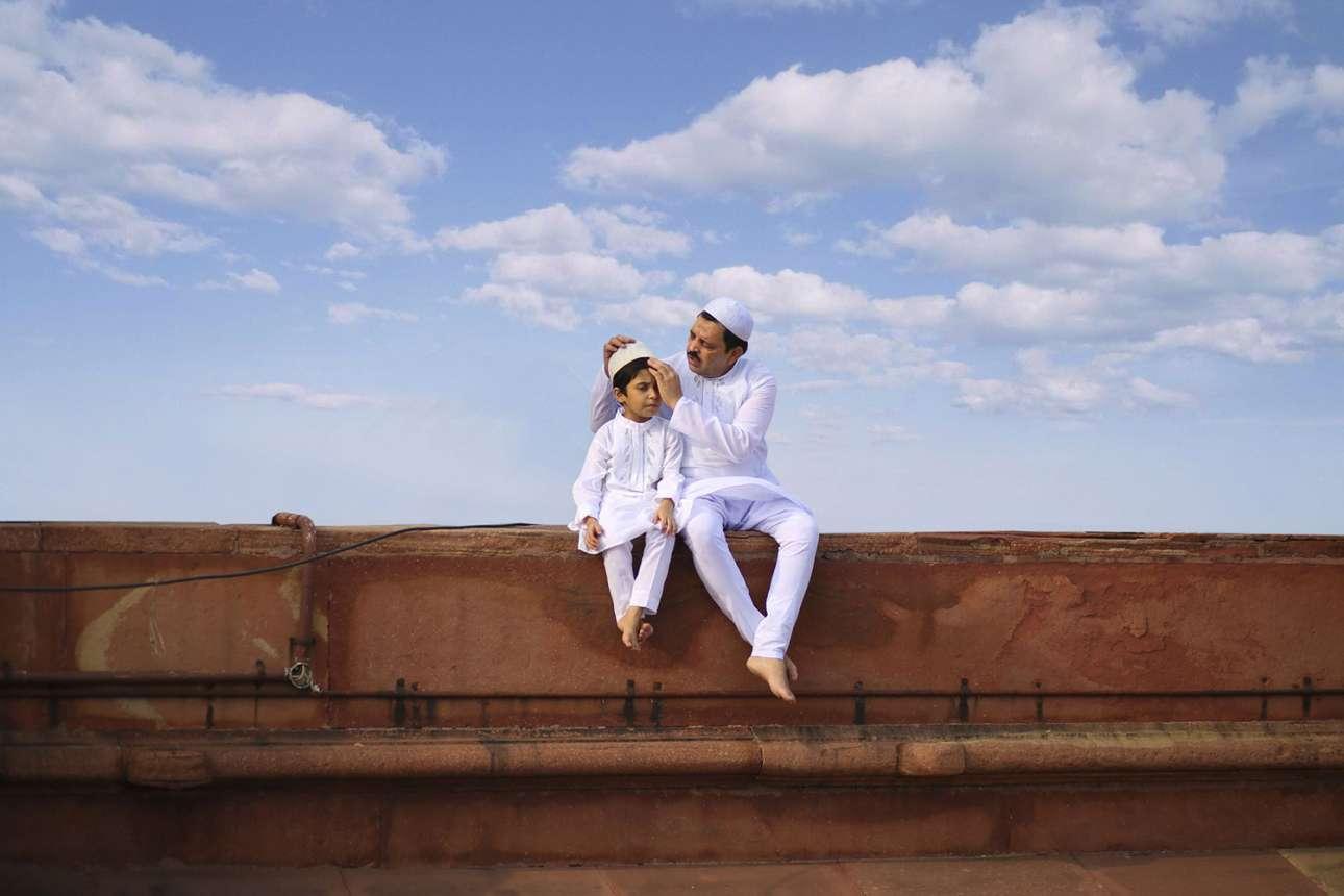 «Γεφυρώνοντας την γενιά» - Ειδική Μνεία, κατηγορία Ανθρωποι. Μία στοργική εικόνα που απεικονίζει τον τρυφερό δεσμό δύο γενεών. Πατέρας και γιος ντυμένοι με παραδοσιακή φορεσιά, γιορτάζουν το τέλος του Ραμαζανιού σε τζαμί του Νέου Δελχί στην Ινδία