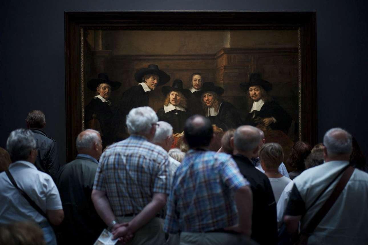 «Ενδιαφέρουσα στιγμή» - Δεύτερη θέση, κατηγορία Ανθρωποι. Μία συναρπαστική λήψη όπου επισκέπτες παρατηρούν το έργο του Ρέμπραντ «Το συνδικάτο των υφασματοπωλών» (Syndics of the Drapers' Guild) στο Εθνικό Μουσείο του Αμστερνταμ, δίνοντας την εντύπωση ότι και οι άνθρωποι του πίνακα παρατηρούν με περιέργεια τους επισκέπτες
