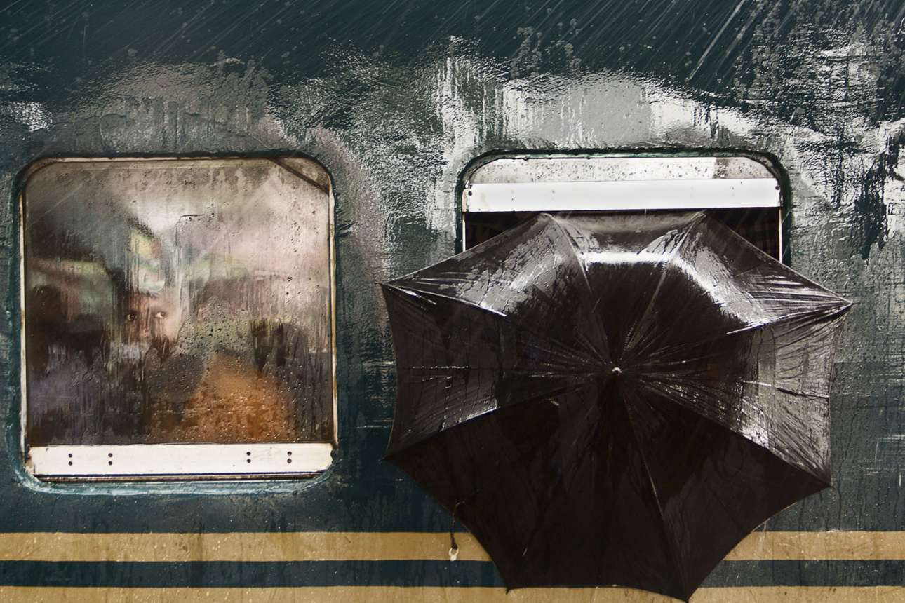 «Το βλέμμα του άνδρα» - Μία ανοιχτή μαύρη ομπρέλα, έντονη βροχή και ένα διαπεραστικό βλέμμα από το παράθυρο του βαγονιού στο σταθμό του Γκαζιπούρ στο Μπανγκλαντές