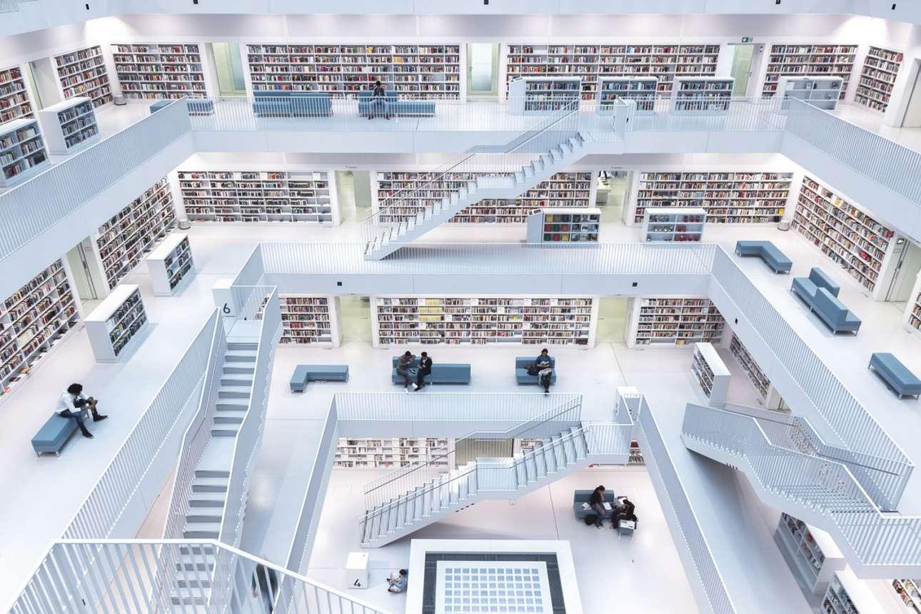 «Επίπεδα ανάγνωσης» - Πρώτη θέση, κατηγορία Πόλεις. Το σύγχρονο εσωτερικό της δημοτικής βιβλιοθήκης της Στουτγκάρδης. «Τα λευκά πατώματα, οι μεγάλοι ανοιχτοί χώροι και τα παράθυρα στην οροφή από όπου μπαίνει φυσικό φως δημιουργούν μια μοναδική ατμόσφαιρα για διεύρυνση της γνώσης» γράφει ο φωτογράφος