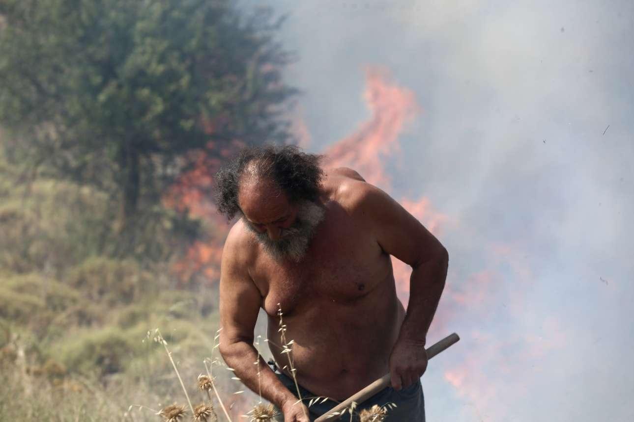 Μορφή βιβλική, σαν να ξεπηδάνε φλόγες από το σώμα του. Κάτοικος της περιοχής στο Μικροχώρι παλεύει με την πυρκαγιά