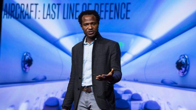 Ο Όσι Αγκάμπι παρουσίασε το πρωτοποριακό σύστημα του κατά τη διάρκεια του TEDGlobal( Credit: TEDGlobal)
