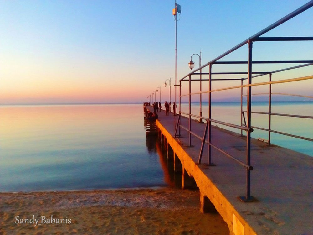 Η αποβάθρα της Περαίας Θεσσαλονίκης λουσμένη στα μαγικά χρώματα του ηλιοβασιλέματος