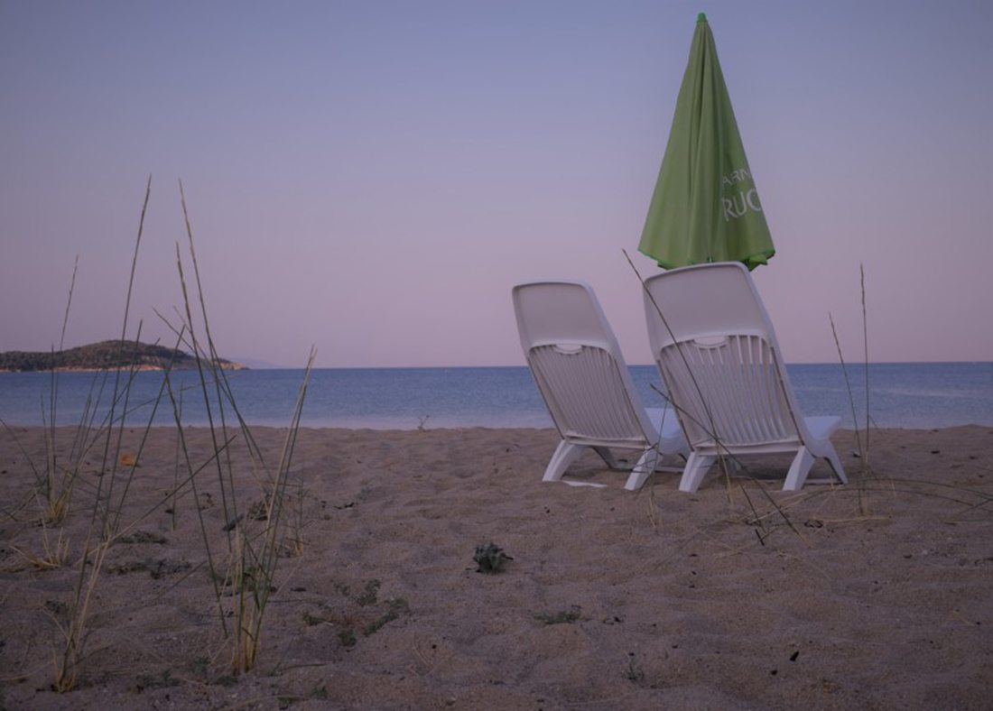 «Summer» (Καλοκαίρι). Δύο μοναχικές ξαπλώστρες στο σούρουπο