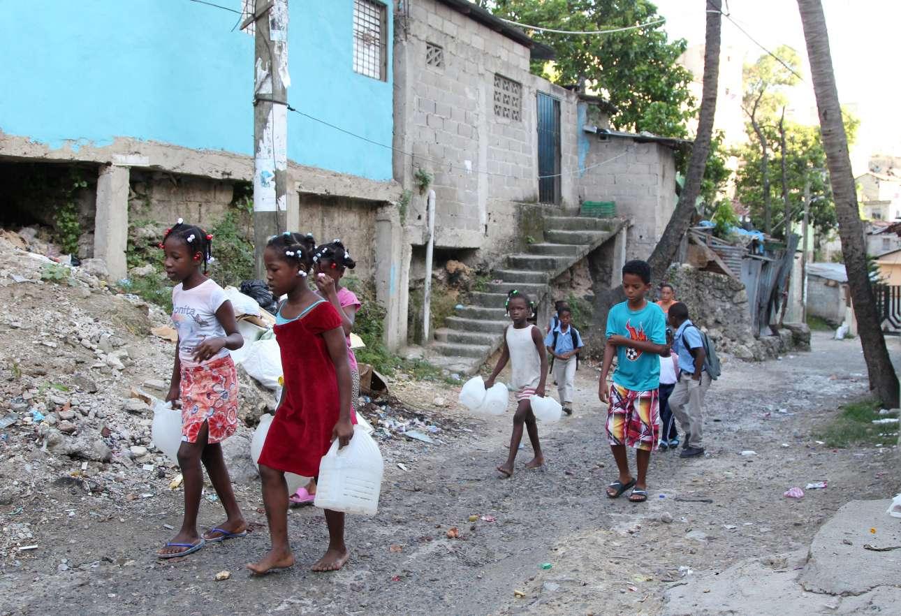 Στον Αγιο Δομίνικο, περιμένοντας την Ιρμα, τα παιδιά μιας φτωχογειτονιάς μεταφέρουν νερό στα σπίτια τους