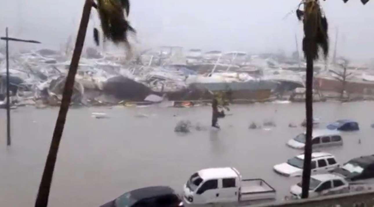 Απόλυτη καταστροφή στο λιμάνι της γαλλικής πλευράς του νησιού του Αγίου Μαρτίνου. Τα σκάφη έγιναν συντρίμμια και τα αυτοκίνητα σχεδόν υποβρύχια
