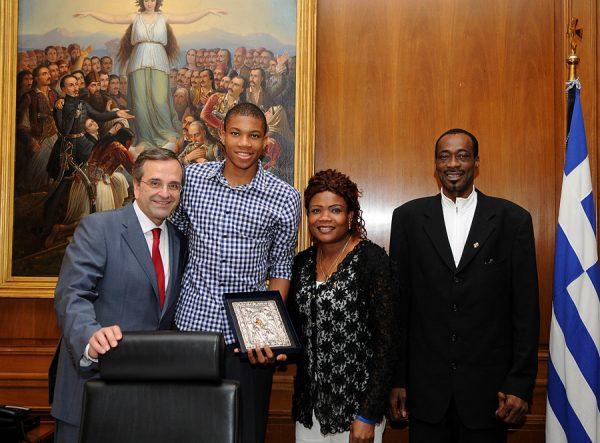 (Ξένη Δημοσίευση) Ο πρωθυπουργός Αντώνης Σαμαράς συναντήθηκε με τον Γιάννη Αντετοκούνμπο, 18 ετών, μπασκετμπολίστα που επελέγη στο Νο15 του ντραφτ του ΝΒΑ, Αθήνα Τρίτη 2 Ιουλίου 2013. Ο πρωθυπουργός συνεχάρη τον νεαρό αθλητή για τις επιδόσεις του καθώς η διάκριση του είναι η υψηλότερη με την οποία έχει τιμηθεί Έλληνας μπασκετμπολίστας. ΑΠΕ-ΜΠΕ/ΓΡΑΦΕΙΟ ΤΥΠΟΥ ΠΡΩΘΥΠΟΥΡΓΟΥ/ΓΟΥΛΙΕΛΜΟΣ ΑΝΤΩΝΙΟΥ