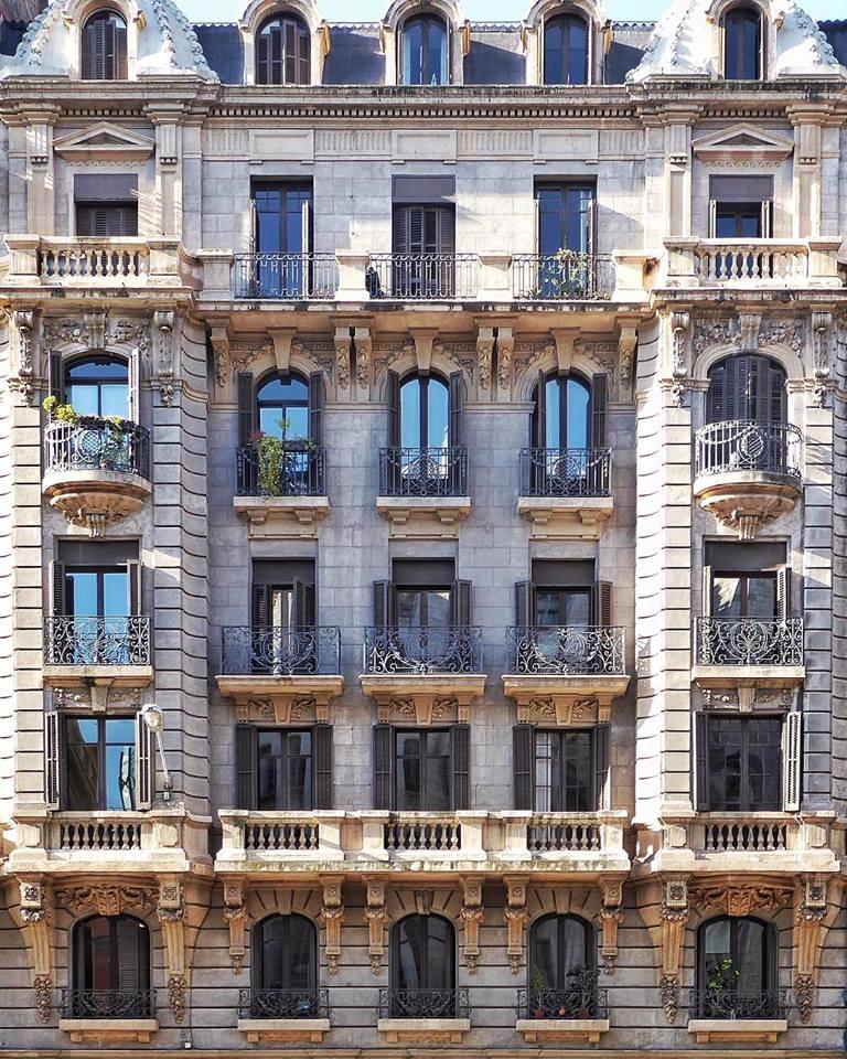 Σύμφωνα με τον Ροκ Ισέρν «οι διαφορετικές συνοικίες της Βαρκελώνης προσφέρουν ποικιλόμορφα, αστικά στιλ και μία ανεξάντλητη πηγή δυνατοτήτων»