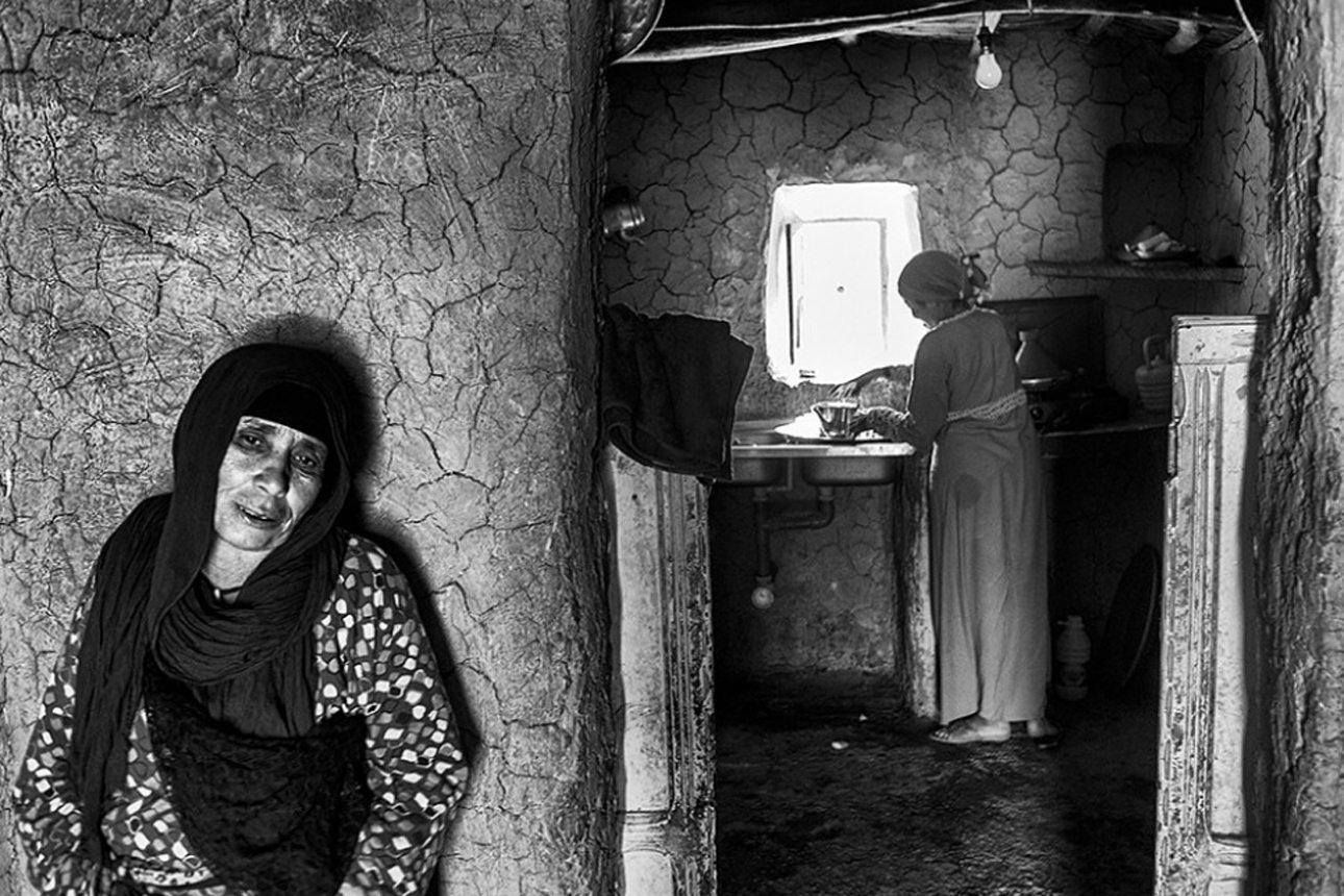 Μια γυναίκα, που μοιράζεται το σπίτι με την κόρη της σε επαρχία του Μαρόκου, ετοιμάζει τσάι για να φιλέψει τη γειτόνισσα