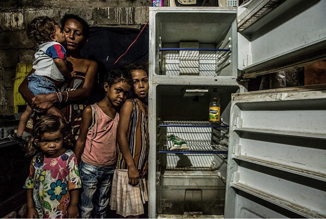 Τα τέσσερα από τα πέντε παιδιά αυτής της γυναίκας από τη Βενεζουέλα μπροστά στο άδειο ψυγείο τους. Είναι Ιούνιος του 2016, έχουν να φάνε από την προηγούμενη ημέρα και τους έχει απομείνει καλαμποκάλευρο και ξύδι