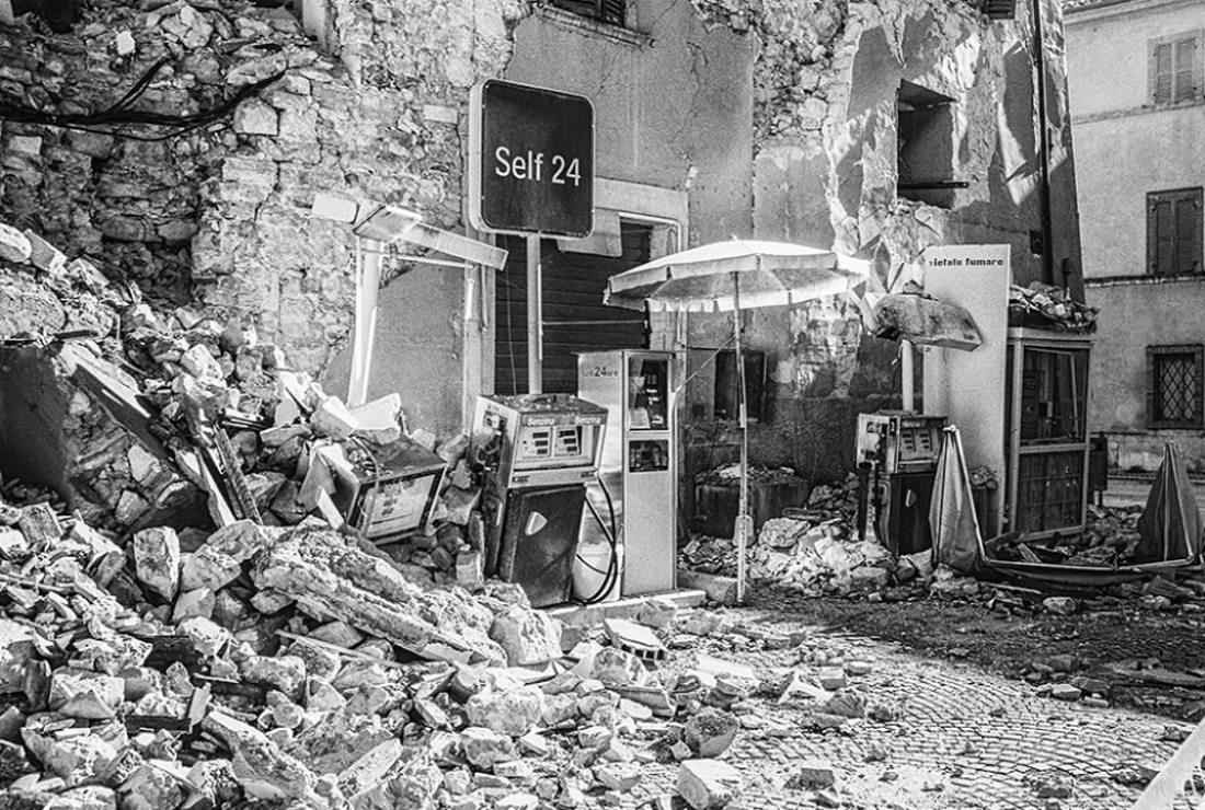 Οι σεισμοί στην Ιταλία τα τελευταία χρόνια έχουν αφήσει εκατοντάδες νεκρούς και τεράστιες καταστροφές, κυρίως σε ορεινές κοινότητες. Εδώ στη Ματσεράτα ένα κατεστραμμένο βενζινάδικο