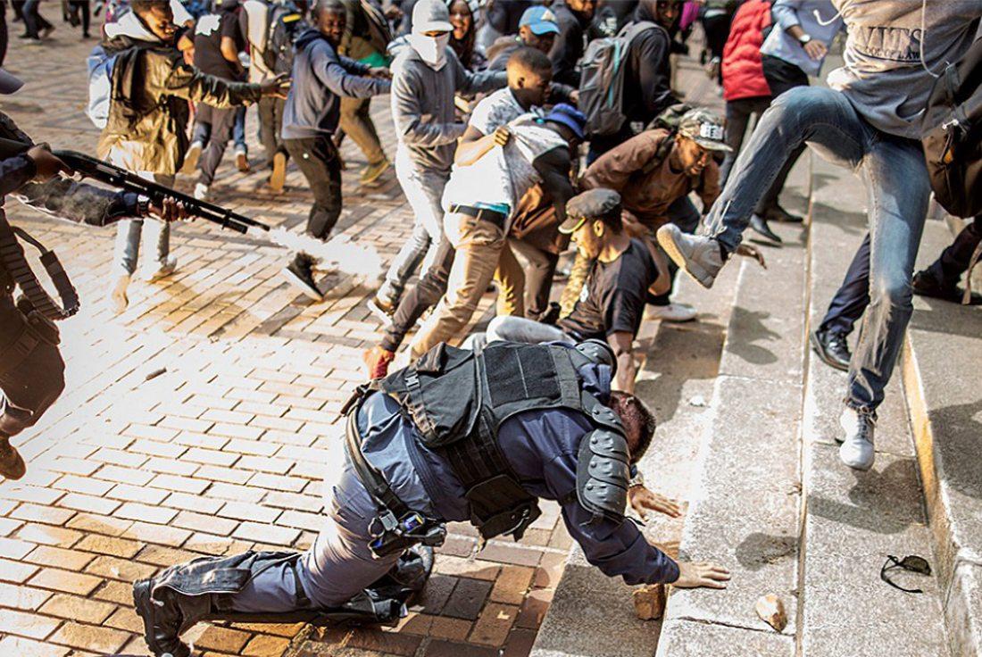 Αστυνομικοί εναντίον φοιτητών που διαμαρτύρονται για αυξήσεις στα τέλη εγγραφής σε πανεπιστήμιο του Γιοχάνεσμπουργκ, στη Νότια Αφρική