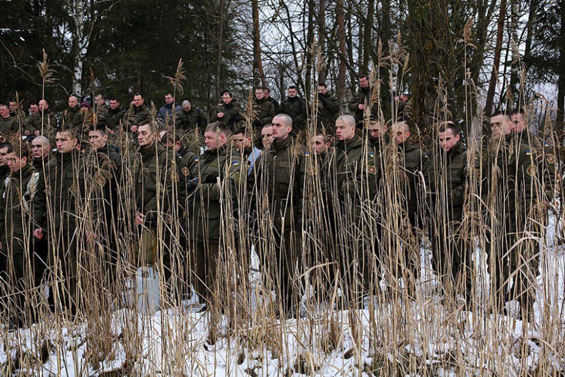 Σε μια ανάπαυλα από τις συγκρούσεις, ουκρανοί στρατιώτες μετέχουν στον εορτασμό των Θεοφανίων του 2016