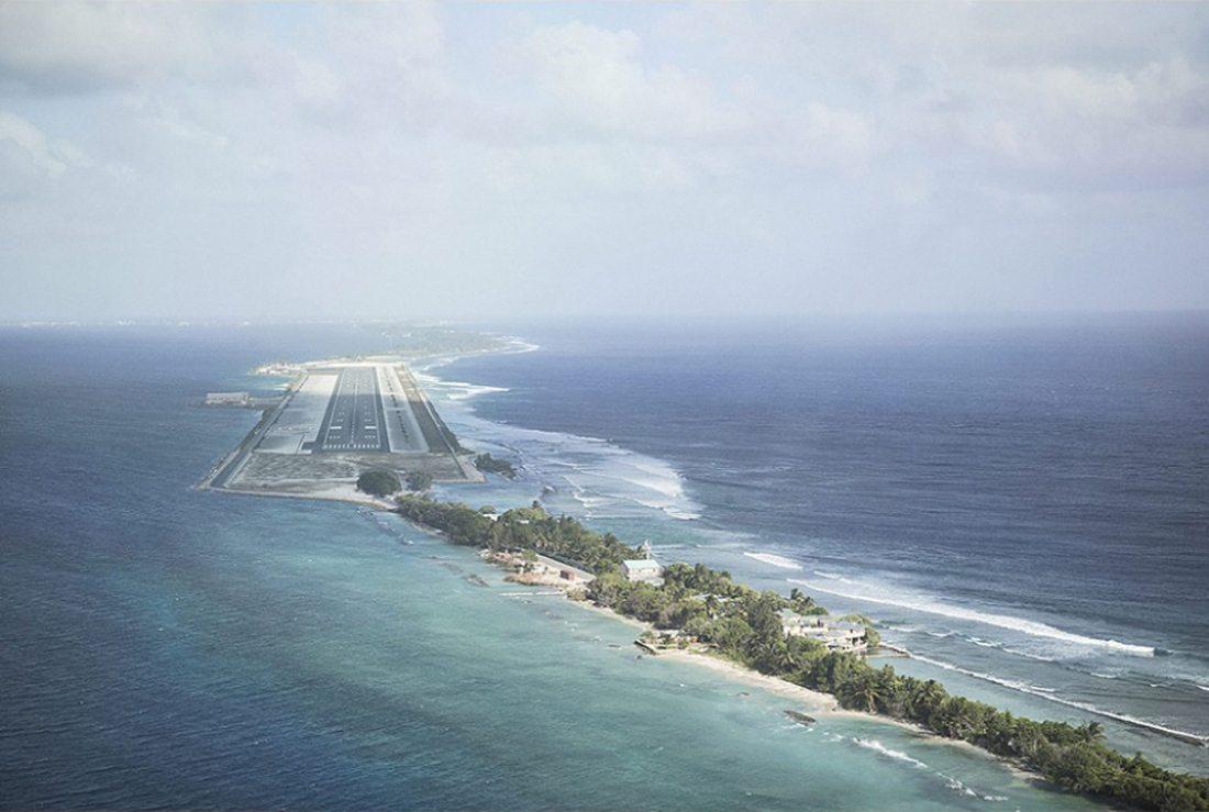 Αναζητώντας τις επιπτώσεις της κλιματικής αλλαγής, ο φωτογράφος έφτασε στα Νησιά Μάρσαλ όπου ένας διάδρομος σχεδόν ξεφυτρώνει μέσα από τη θάλασσα. Αν ανέβει η στάθμη των ωκεανών κινδυνεύει με εξαφάνιση