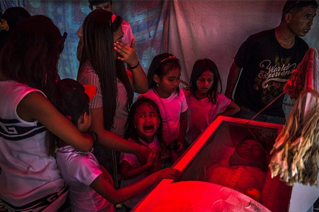 «Μπαμπά!» Το κοριτσάκι από τις Φιλιππίνες θρηνεί για τον πατέρα του, θύμα του ανελέητου πολέμου του προέδρου Ντουτέρτε κατά των ναρκωτικών, ο οποίος ήδη μετρά χιλιάδες θύματα