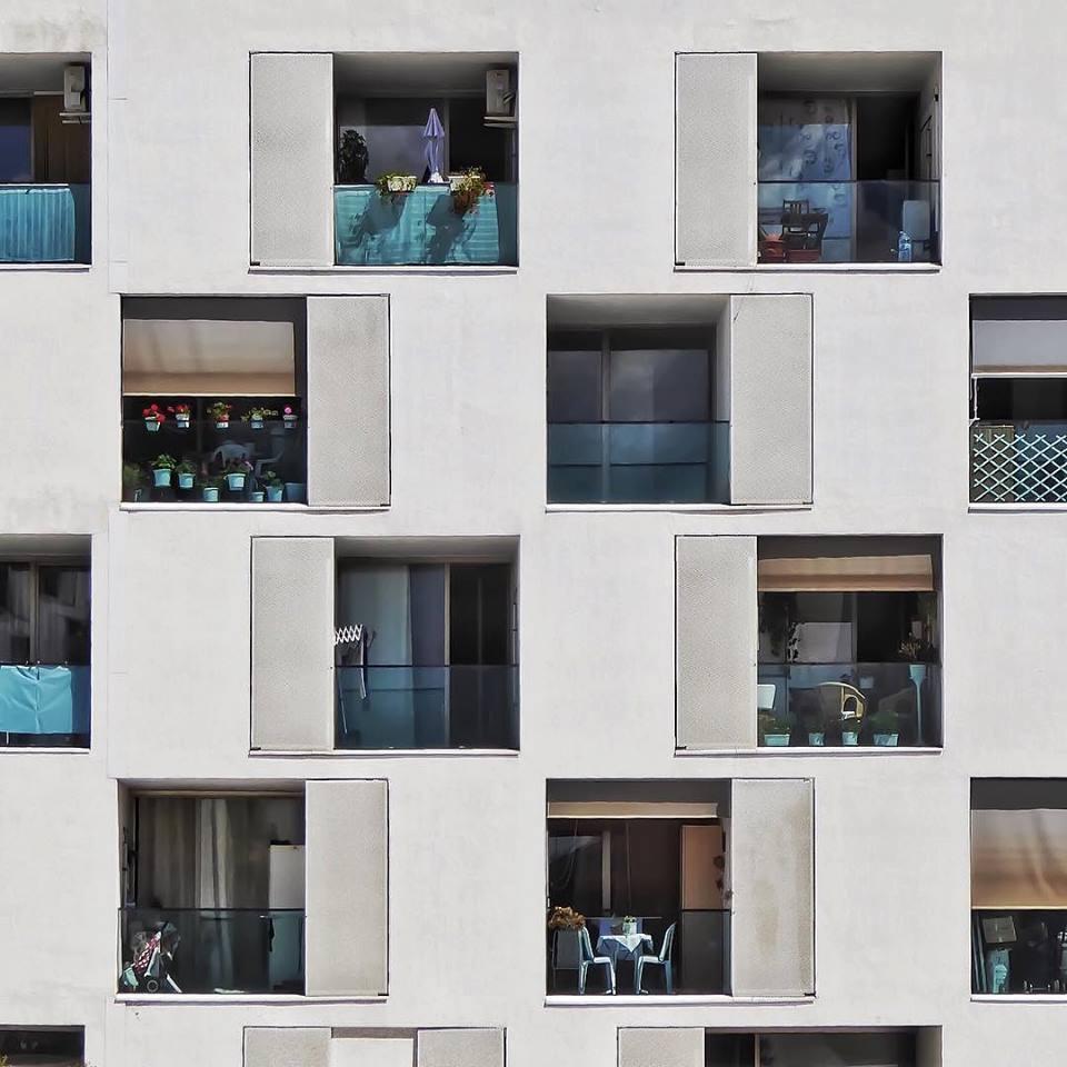 Τετράγωνα μπαλκόνια κρύβουν μικρές ιστορίες στην γειτονιά La Vall d'Hebron
