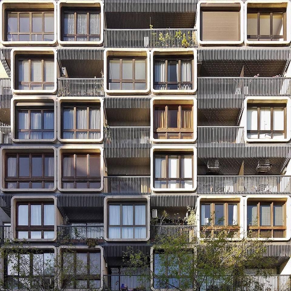 Ο φωτογράφος απομονώνει τον περιβάλλοντα χώρο και εστιάζει μόνο στα μοτίβα που κυριαρχούν στην αρχιτεκτονική της πόλης