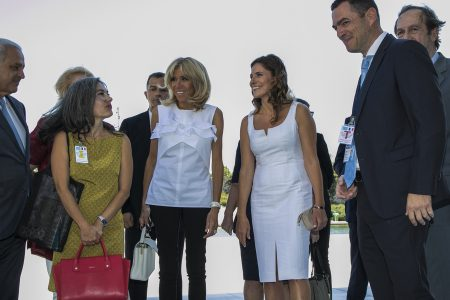 Η σύζυγος του Γάλλου Προέδρου Εμανουέλ Μακρόν, Μπριζίτ Μακρόν με τη σύντροφο του πρωθυπουργού Αλέξη Τσίπρα, Μπέτυ Μπαζιάνα ξεναγούνται στο Ίδρυμα Σταύρος Νιάρχος, Πέμπτη 7 Σεπτεμβρίου 2017. Ο Γάλλος Πρόεδρος βρίσκεται στην Αθήνα για διήμερη επίσημη επίσκεψη μετά από πρόσκληση του Προέδρου της Δημοκρατίας Προκόπη Παυλόπουλου. ΑΠΕ-ΜΠΕ/ΑΠΕ-ΜΠΕ/ΠΑΝΑΓΙΩΤΗΣ ΜΟΣΧΑΝΔΡΕΟΥ