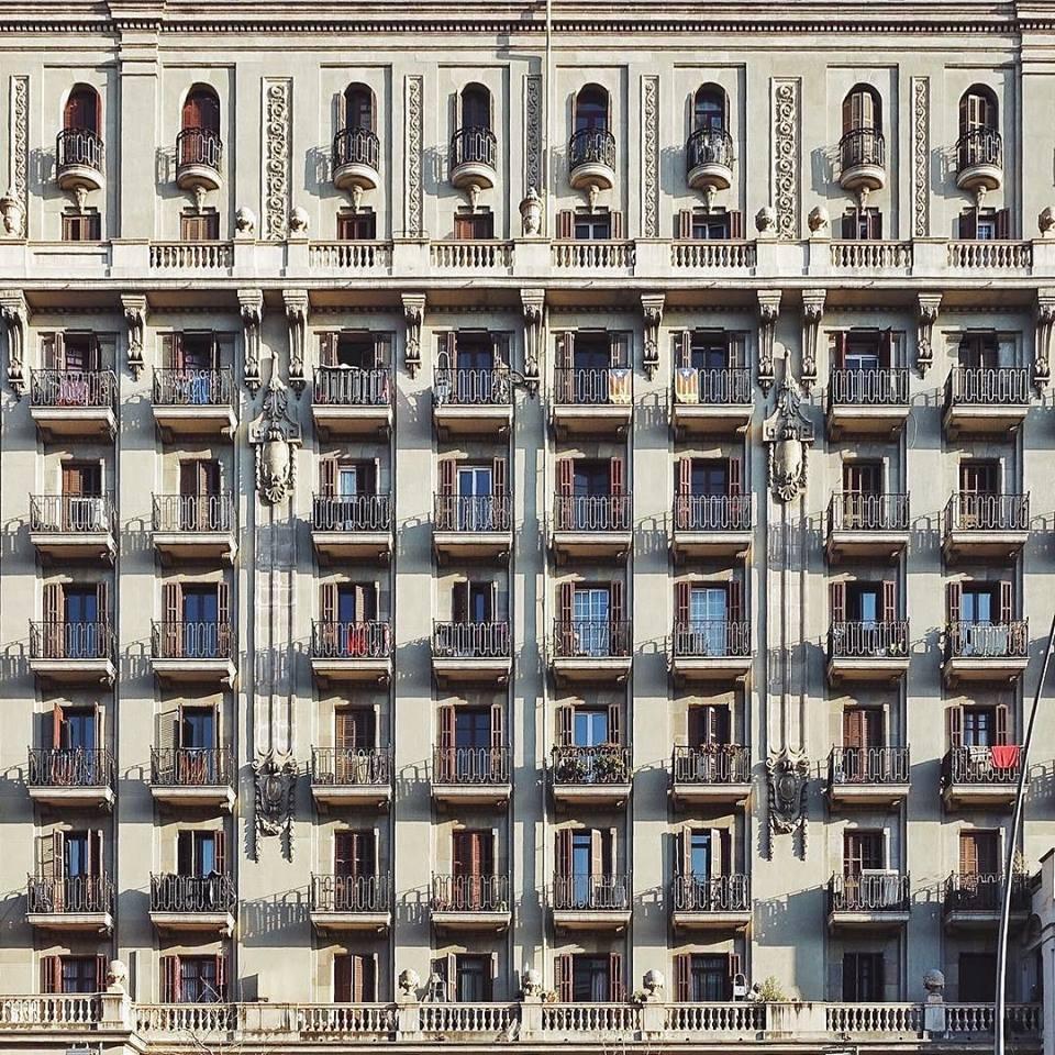Το  Cases del Drapaire (La Concepción), το επιβλητικό δεκαώροφο κτίριο με τα 240 διαμερίσματα, χτισμένο μεταξύ 1925-1927