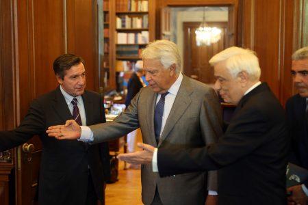Ο Πρόεδρος της Δημοκρατίας Προκόπης Παυλόπουλος (Δ) υποδέχεται τον πρώην πρωθυπουργό της Ισπανίας Φελίπε Γκονζάλες (Κ), τον οποίο συνοδεύει ο δήμαρχος Αθηναίων Γιώργος Καμίνης (Α), στη σημερινή τους συνάντηση στο Προεδρικό Μέγαρο, Τετάρτη 13 Σεπτεμβρίου 2017. ΑΠΕ-ΜΠΕ/ΑΠΕ-ΜΠΕ/Αλέξανδρος Μπελτές