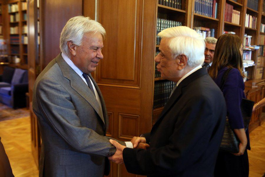 Ο Πρόεδρος της Δημοκρατίας Προκόπης Παυλόπουλος (Δ) υποδέχεται τον πρώην πρωθυπουργό της Ισπανίας Φελίπε Γκονζάλες (Α), στη σημερινή τους συνάντηση στο Προεδρικό Μέγαρο, Τετάρτη 13 Σεπτεμβρίου 2017. ΑΠΕ-ΜΠΕ/ΑΠΕ-ΜΠΕ/Αλέξανδρος Μπελτές