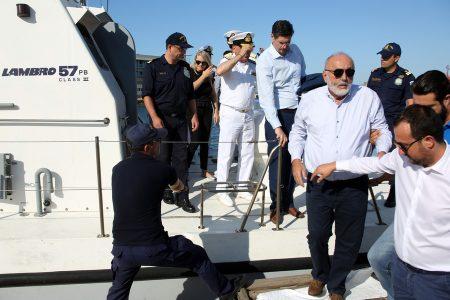 Ο υπουργός Ναυτιλίας και Νησιωτικής Πολιτικής Παναγιώτης Κουρουμπλής (2ος Δ) επισκέπτεται παράκτιες περιοχές του Πειραιά, όπου έχουν παρουσιαστεί κομμάτια πετρελαιοκηλίδας μετά τη βύθιση του δεξαμενόπλοιου «ΑΓ.ΖΩΝΗ ΙΙ» στον Σαρωνικό, Πέμπτη 14 Σεπτεμβρίου 2017. ΑΠΕ-ΜΠΕ / ΑΠΕ-ΜΠΕ / ΑΛΕΞΑΝΔΡΟΣ ΜΠΕΛΤΕΣ