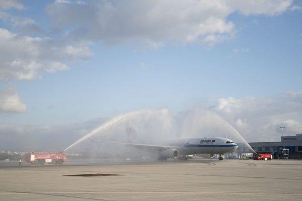 """(Ξένη Δημοσίευση) Πυροσβεστικές αντλίες σχηματίζουν τιμητική αψίδα νερού για το πρώτο Airbus της αεροπορικής εταιρίας Air China που προσγειώθηκε μετά από απευθείας πτήση από το Πεκίνο στο διεθνές αεροδρόμιο """"Ελευθέριος Βενιζέλος"""" της Αθήνας, Σάββατο 30 Σεπτεμβρίου 2017. Το αεροσκάφος μετέφερε από το Πεκίνο στην Αθήνα 205 επιβάτες μεταξύ των οποίων και η σύντροφος του πρωθυπουργού Αλέξη Τσίπρα, Μπέττυ Μπαζιάνα. ΑΠΕ-ΜΠΕ/ΓΡΑΦΕΙΟ ΤΥΠΟΥ ΠΡΩΘΥΠΟΥΡΓΟΥ/Andrea Bonetti"""