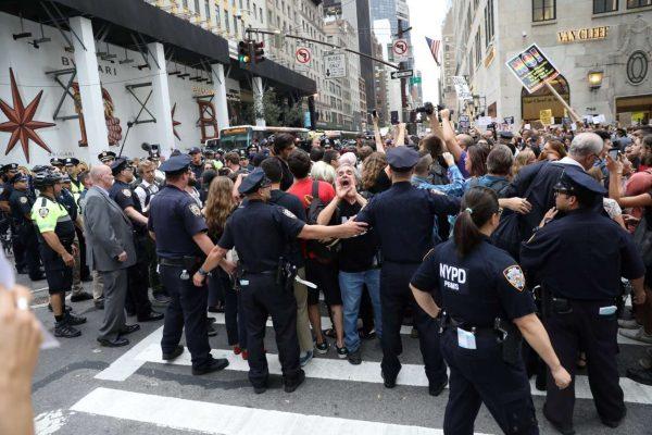 Αλλη μια διαδήλωση κατά του Τραμπ στη Νέα Υόρκη (REUTERS/Stephen Yang)