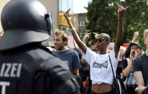 Αλλη μια αντιφασιστική συγκέντρωση στο Βερολίνο – εκδηλωτικοί διαδηλωτές απέναντι σε σιδηρόφρακτες δυνάμεις ασφαλείας (REUTERS/Christian Mang)