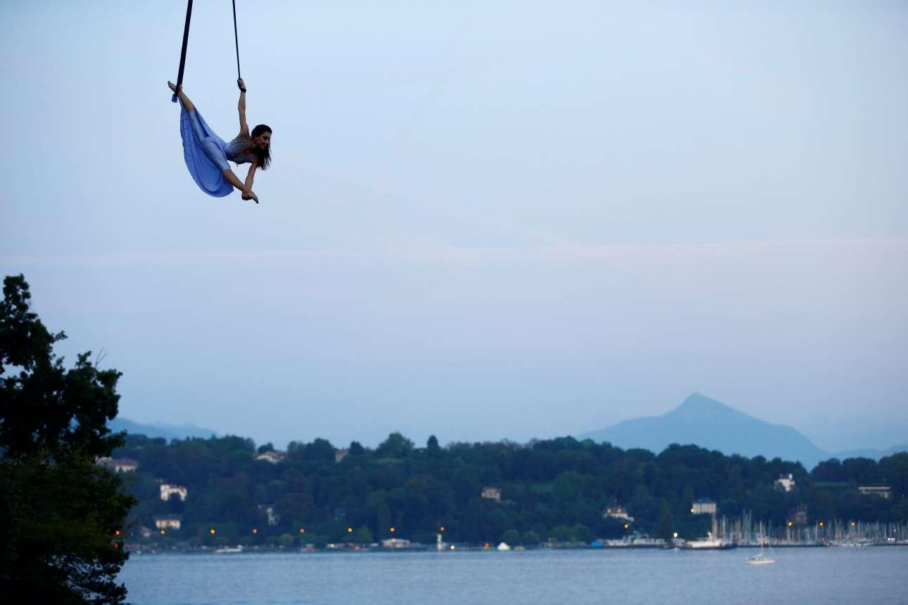 Δευτέρα, 28 Αυγούστου. Η ρωσίδα ακροβάτης Εκατερίνα Στεπάνοβα σε ένα εντυπωσιακό σόου πάνω από την λίμνη Λέμαν στην Γενεύη της Ελβετίας.