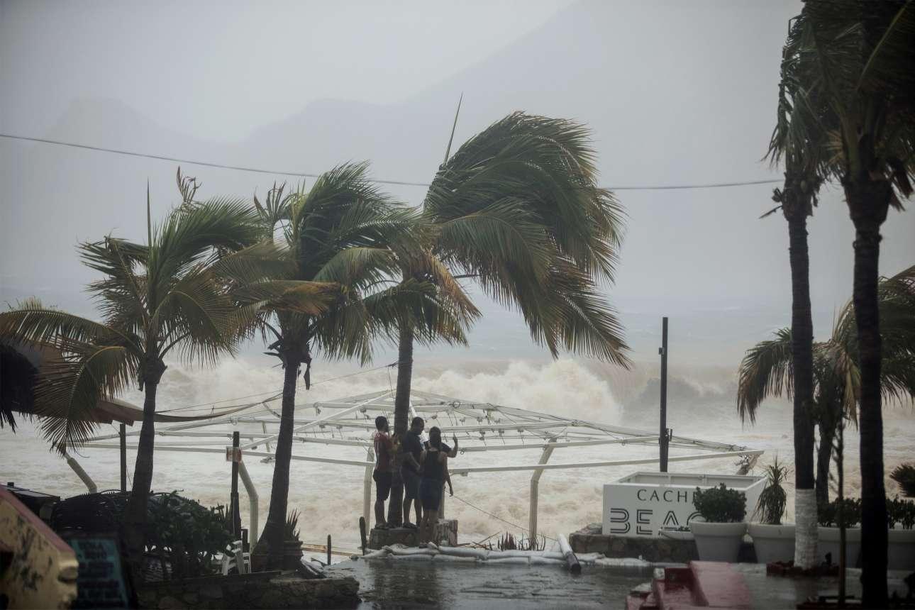 Παρασκευή, 1 Σεπτεμβρίου. Απόγνωση. Μια παρέα Μεξικανών στέκονται κάτω από ένα φοινικόδεντρο κοιτάζοντας τα αποτελέσματα της καταστροφική μανίας της τροπικής καταιγίδας Ληδία στο Λος Κάμπος του Μεξικού