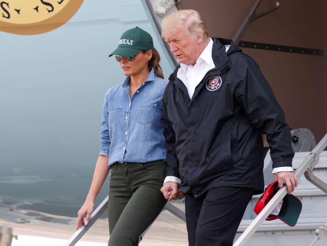 Σάββατο, 2 Αυγούστου, Χιούστον. Το προεδρικό ζεύγος των ΗΠΑ στη δεύτερη επίσκεψή του στις πληγείσες περιοχές του Χάρβεϊ. Και πάλι η Μελάνια Τραμπ ξεκίνησε από τον Λευκό Οίκο με γόβες, αλλά κατά τη διάρκεια της πτήσης φόρεσε πιο σπορ ρούχα