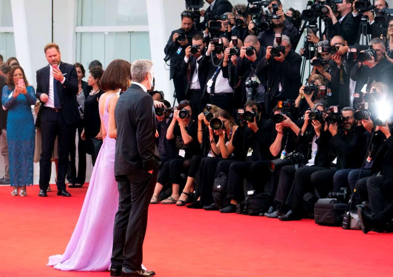 Το ζεύγος των Αμάλ και Τζορτζ Κλούνεϊ προκάλεσε το ενδιαφέρον των επαγγελματιών αλλά και των ερασιτεχνών φωτογράφων που όπως φαίνεται αριστερά επιστράτευσαν τα κινητά τους
