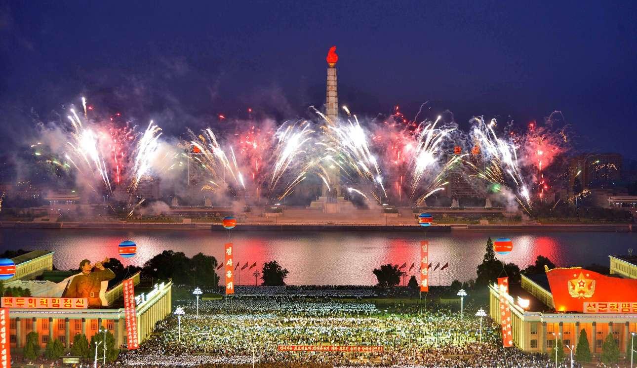 Τετάρτη, 6 Σεπτεμβρίου. Παροξυσμός. Στην πρωτεύουσα της Βόρειας Κορέας, Πιονγιάνγκ, οι πολίτες πανηγυρίζουν την επιτυχημένη δοκιμή στην εκτόξευση του διηπειρωτικού βαλλιστικού πυραύλου