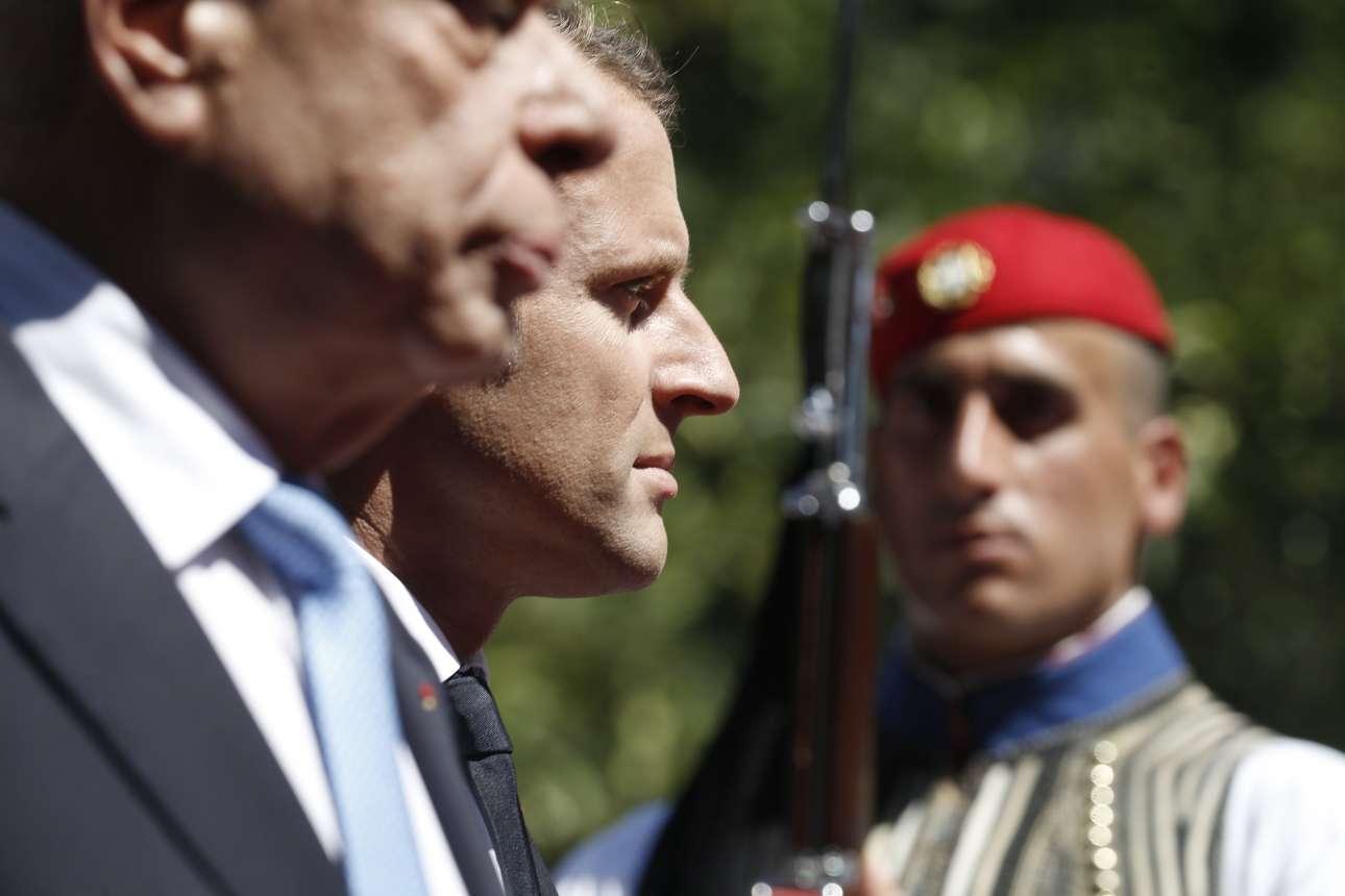 To προφίλ του γάλλου προέδρου ανάμεσα στο προφίλ του έλληνα ομολόγου του υπό το βλέμμα του άνδρα της Προεδρικής Φρουράς