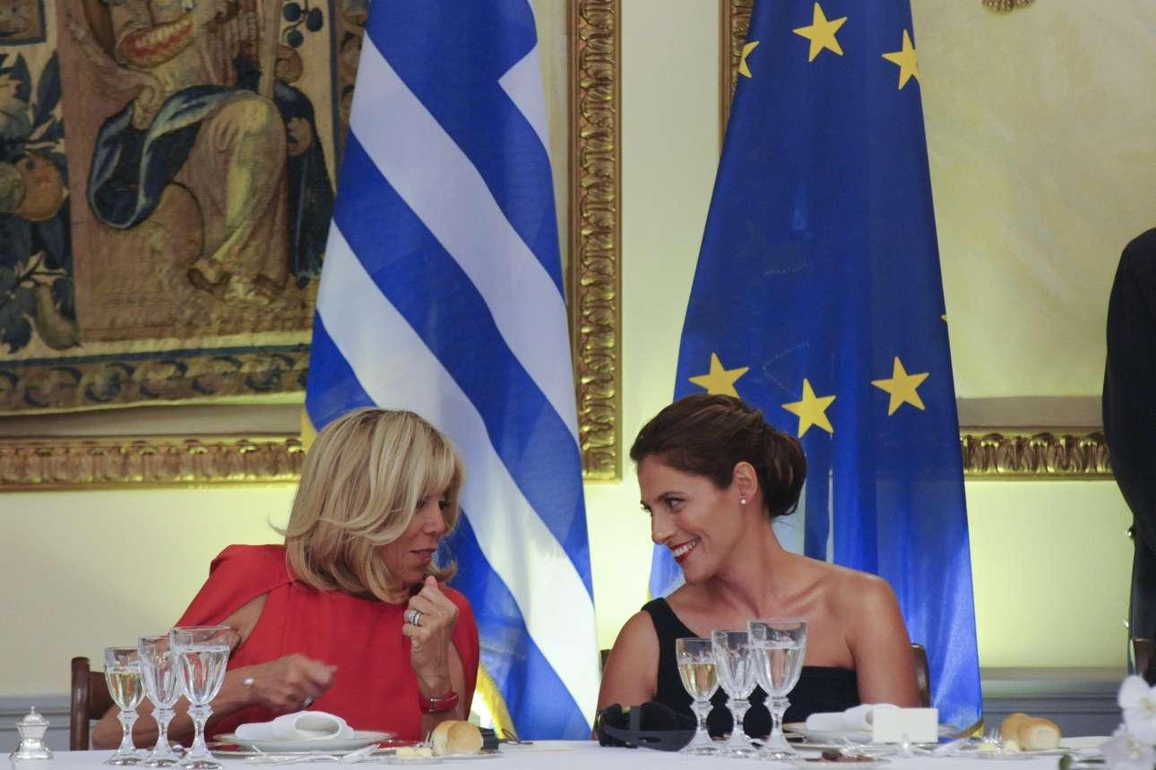 Μπριζίτ Μακρόν-Τρονιέ και Μπέτυ (Περιστέρα) Μπαζιάνα με χαμόγελα στο επίσημο δείπνο