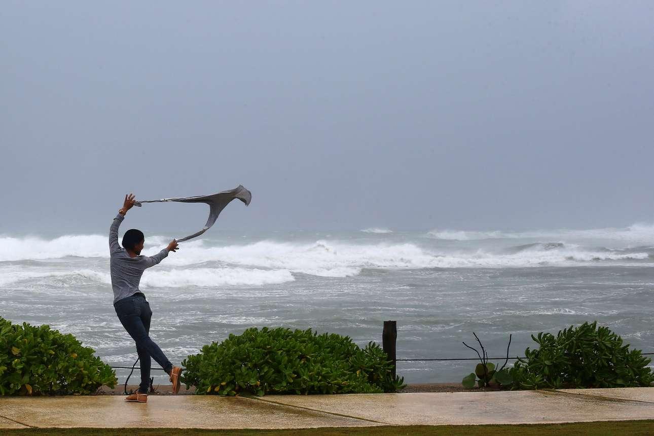 Παρασκευή, 8 Σεπτεμβρίου. Χορεύοντας στο τυφώνα. Θαρραλέα γυναίκα εκμεταλλεύεται τον δυνατό άνεμο από τον τυφώνα Ιρμα για να χορέψει δίπλα στην «αγριεμένη» θάλασσα της βόρειας ακτής της Δομινικανής Δημοκρατίας