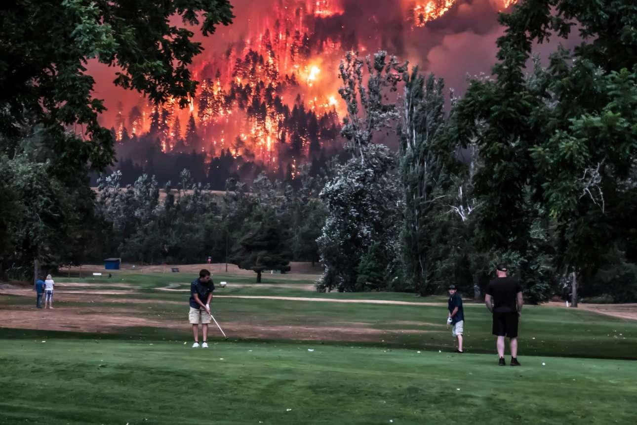 Παρασκευή, 8 Σεπτεμβρίου. Ισως μία από τις εικόνες της χρονιάς στις ΗΠΑ. Μία αλληγορική απεικόνιση της σύγχρονης Αμερικής. Μια παρέα ηρεμεί παίζοντας γκολφ κοντά στο Πόρτλαντ των ΗΠΑ ενώ στο φόντο η πύρινη λαίλαπα προελαύνει