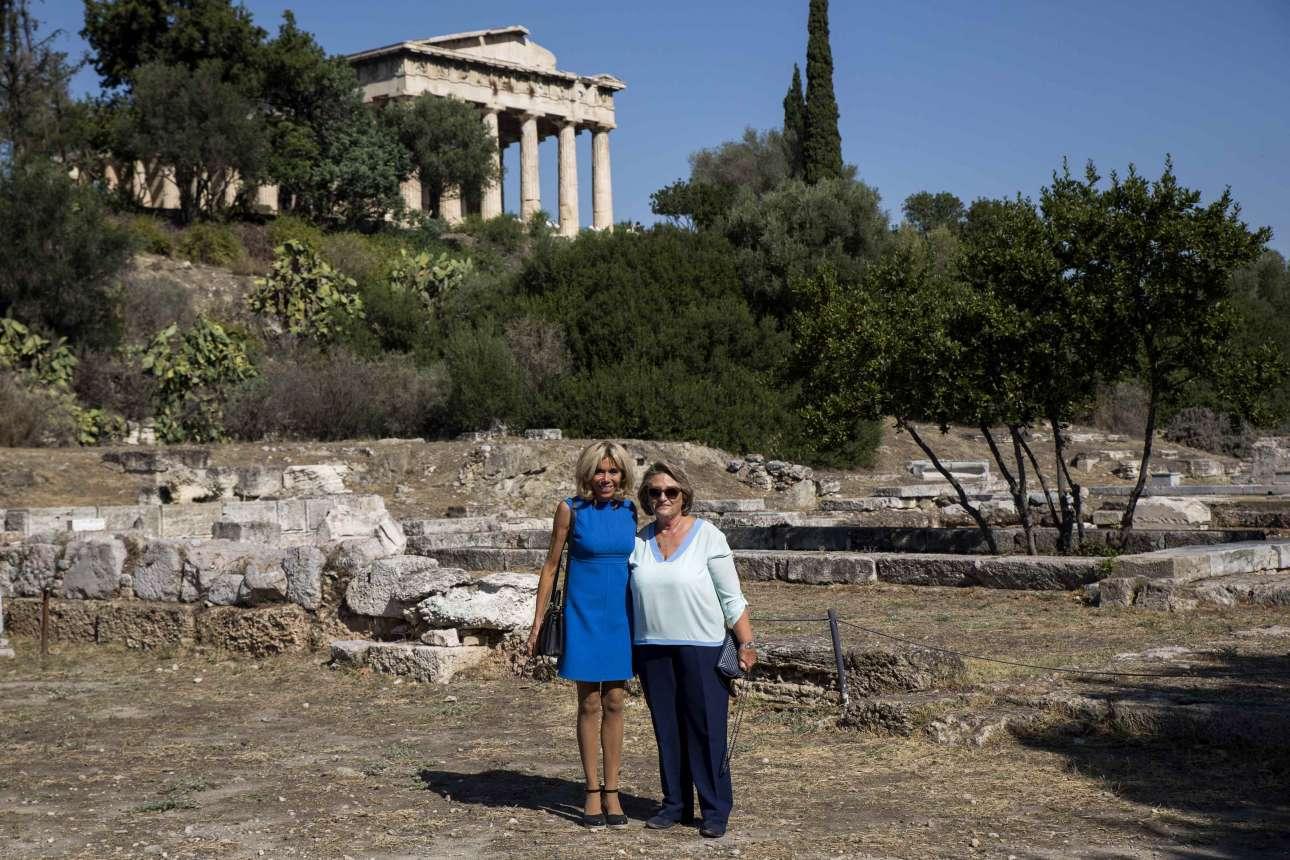 Δύο σύζυγοι προέδρων. Η Μπριζίτ Μακρόν και η Βλασία Παυλοπούλου με φόντο το Θησείο