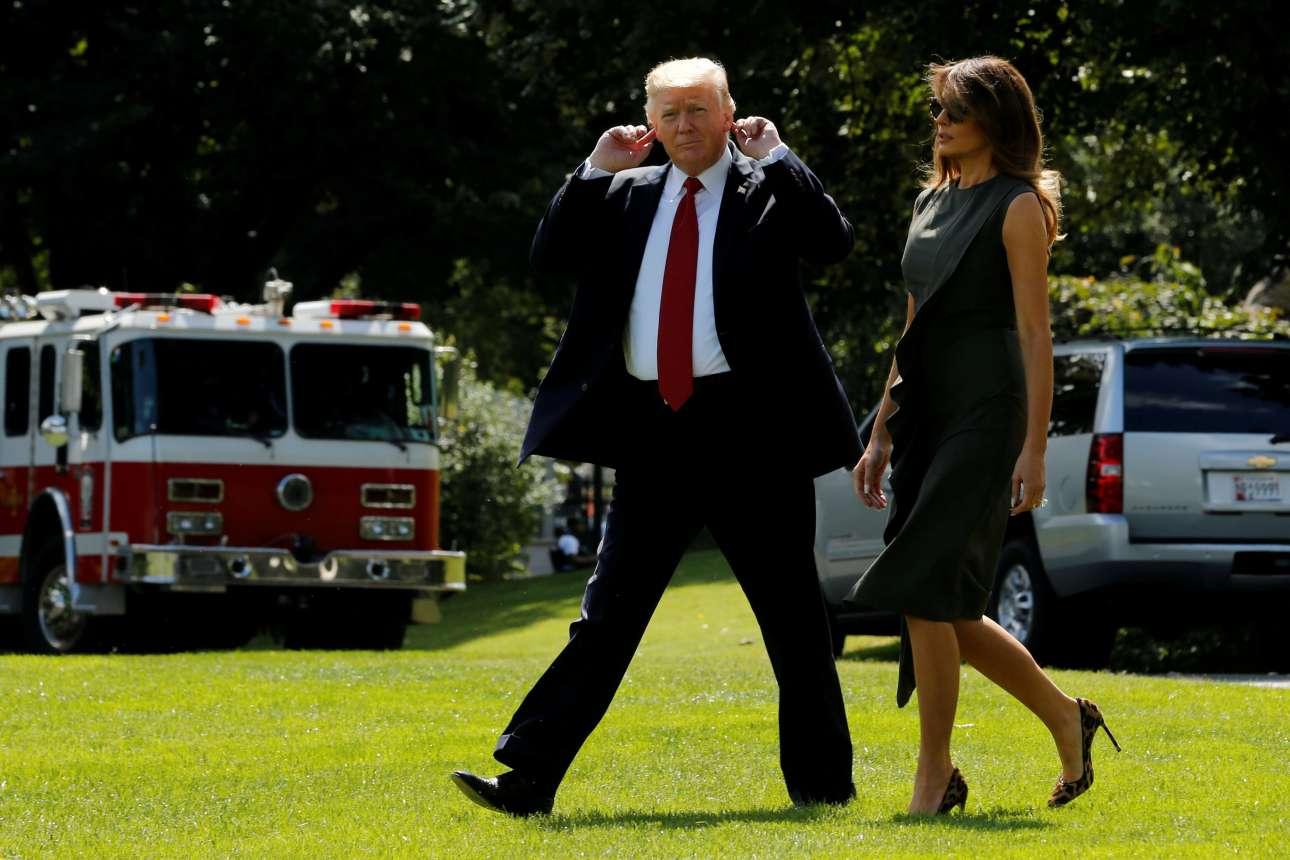 Παρασκευή, 8 Σεπτεμβρίου, Ουάσιγκτον. Ο Ντόναλντ Τραμπ κάνει ότι δεν ακούει τους δημοσιογράφους, καθώς αναχωρεί με τη σύζυγό του Μελάνια για Σαββατοκύριακο στο Καμπ Ντέιβιντ