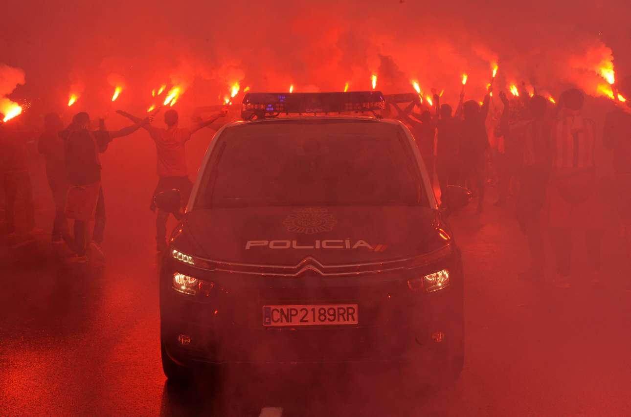 Σάββατο, 9 Σεπτεμβρίου, Χιχόν. Χούλιγκαν ανάβουν καπνογόνα κατά τη διάρκεια των συγκρούσεων με την ισπανική αστυνομία στο περιθώριο του ματς Χιχόν - Ρεάλ Οβιέδο