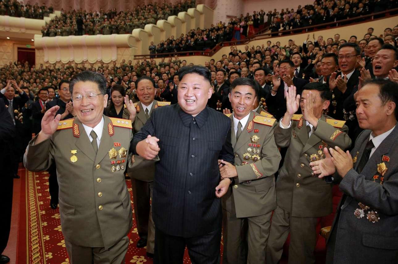 Κυριακή, 10 Σεπτεμβρίου, Πιονγιάνγκ. Ο Κιμ Γιονγκ-Ουν πανηγυρίζει με στρατιωτικούς σε αυτήν την ιδιότυπη εκδήλωση προς τιμήν των μηχανικών και των επιστημόνων που δημιούργησαν τη βόμβα υδρογόνου με την οποία η Βόρεα Κορέα απειλεί πλέον να καταστρέψει τα πάντα