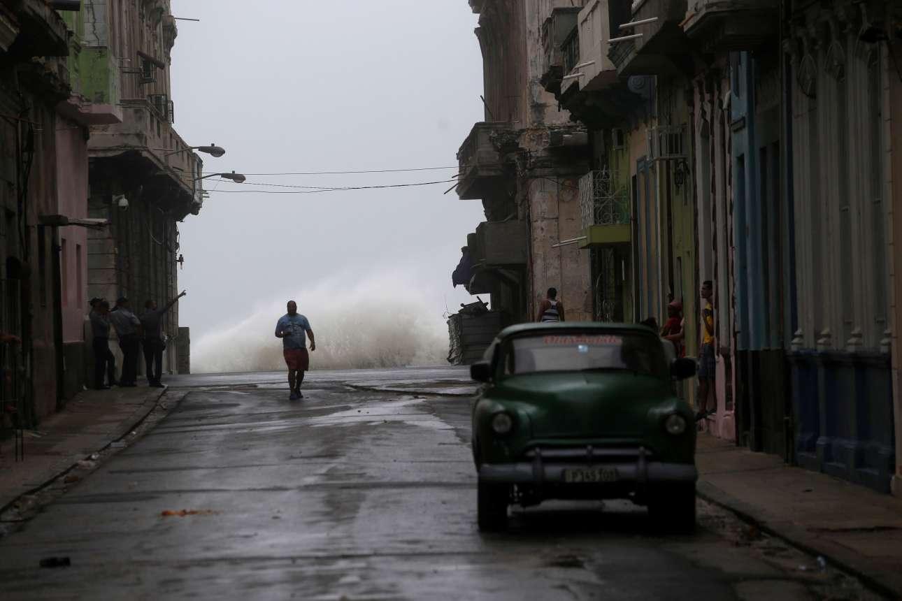 Σάββατο, 9 Σεπτεμβρίου, Αβάνα. Τεράστια κύματα χτυπούν την προκυμαία στην Αβάνα της Κούβας, καθώς το νησί δοκιμάζεται από τον κυκλώνα Ιρμα. Ωστόσο οι κάτοικοι είναι συνηθισμένοι