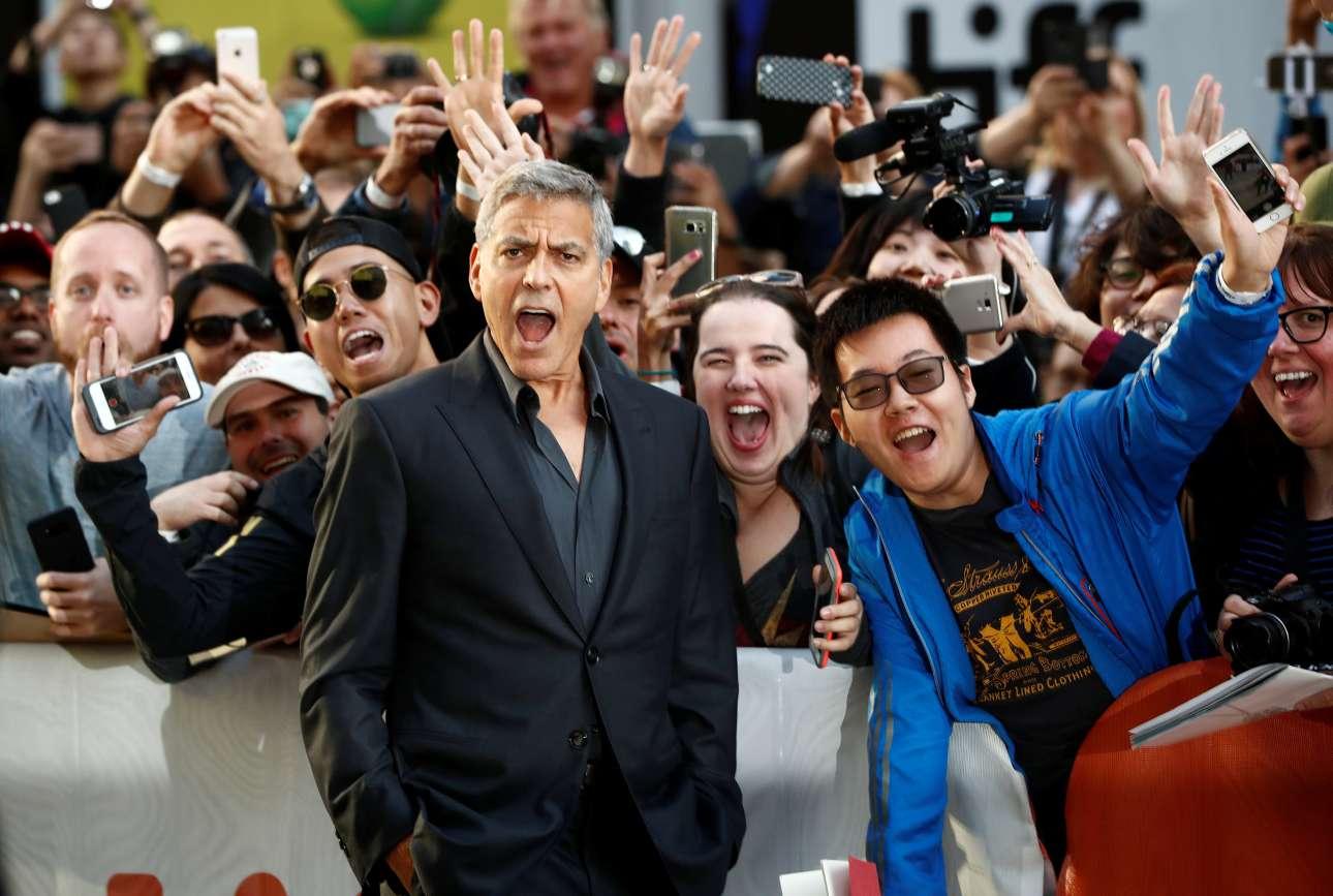 Σάββατο, 9 Σεπτεμβρίου, Τορόντο. Ο Τζορτζ Κλούνεϊ με θαυμαστές του κατά την πρεμιέρα του φιλμ «Suburbicon» στο πλαίσιο του Διεθνούς Φεστιβάλ Κινηματογράφου του Τορόντο