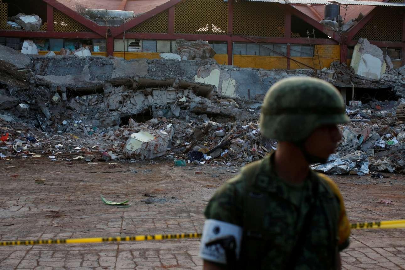 Σάββατο, 9 Σεπτεμβρίου, Μεξικό. Στρατιώτης περιφρουρεί ένα κατεστραμμένο κτίριο μετά τα 8,2 Ρίχτερ στην Γιουκιτάν. Οι λεηλασίες είναι ένας κίνδυνος που μπορεί να προκαλέσει κι άλλα θύματα
