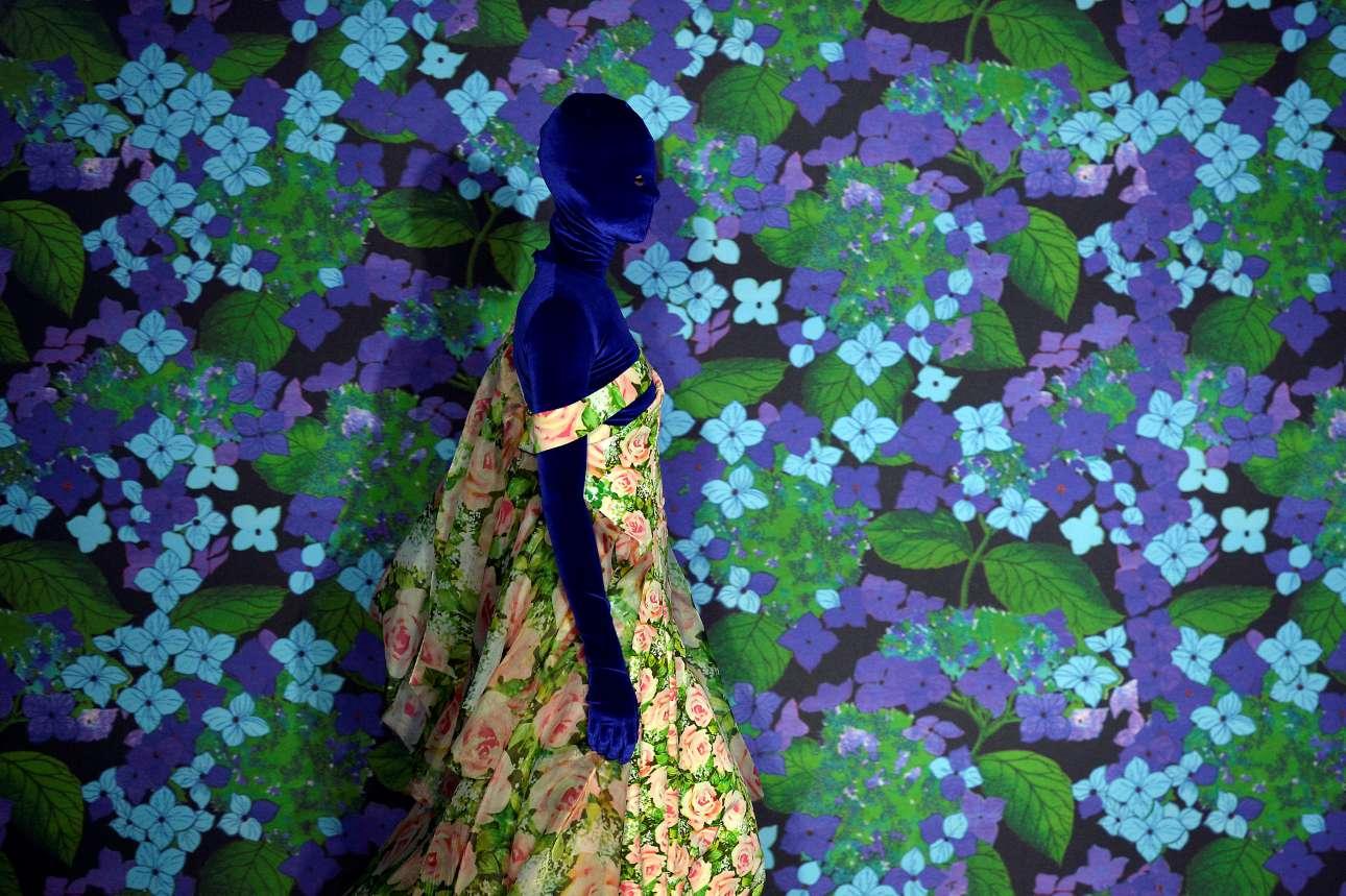 Φλοράλ πανδαισία χρωμάτων στο σόου του Ρίτσαρντς Κουίνς που αγαπάει πολύ τα μοτίβα που διαφοροποιούνται από τα συνηθισμένα. Η σκηνοθεσία της επίδειξης με φόντο ολάνθιστους καμβάδες συζητήθηκε στους κύκλους της μόδας πολύ θετικά.