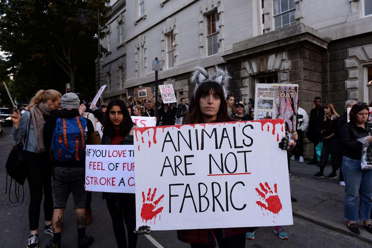 Εκατοντάδες διαδηλωτές βγήκαν στους δρόμους του Λονδίνου κατά της χρήσης γούνας στο σόου του γνωστού οίκου Burberry. H ένταση που δημιουργήθηκε οδήγησε τους ιθύνοντες της εκδήλωσης να φυγαδεύσουν τους θεατές από παράπλευρες εισόδους.