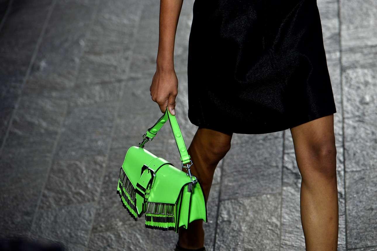 Νέον πράσινο χρώμα στα αξεσουάρ συνδυασμένο με ολόμαυρο σύνολο είναι η πρόταση της συλλογής Versus του οίκου Versace.
