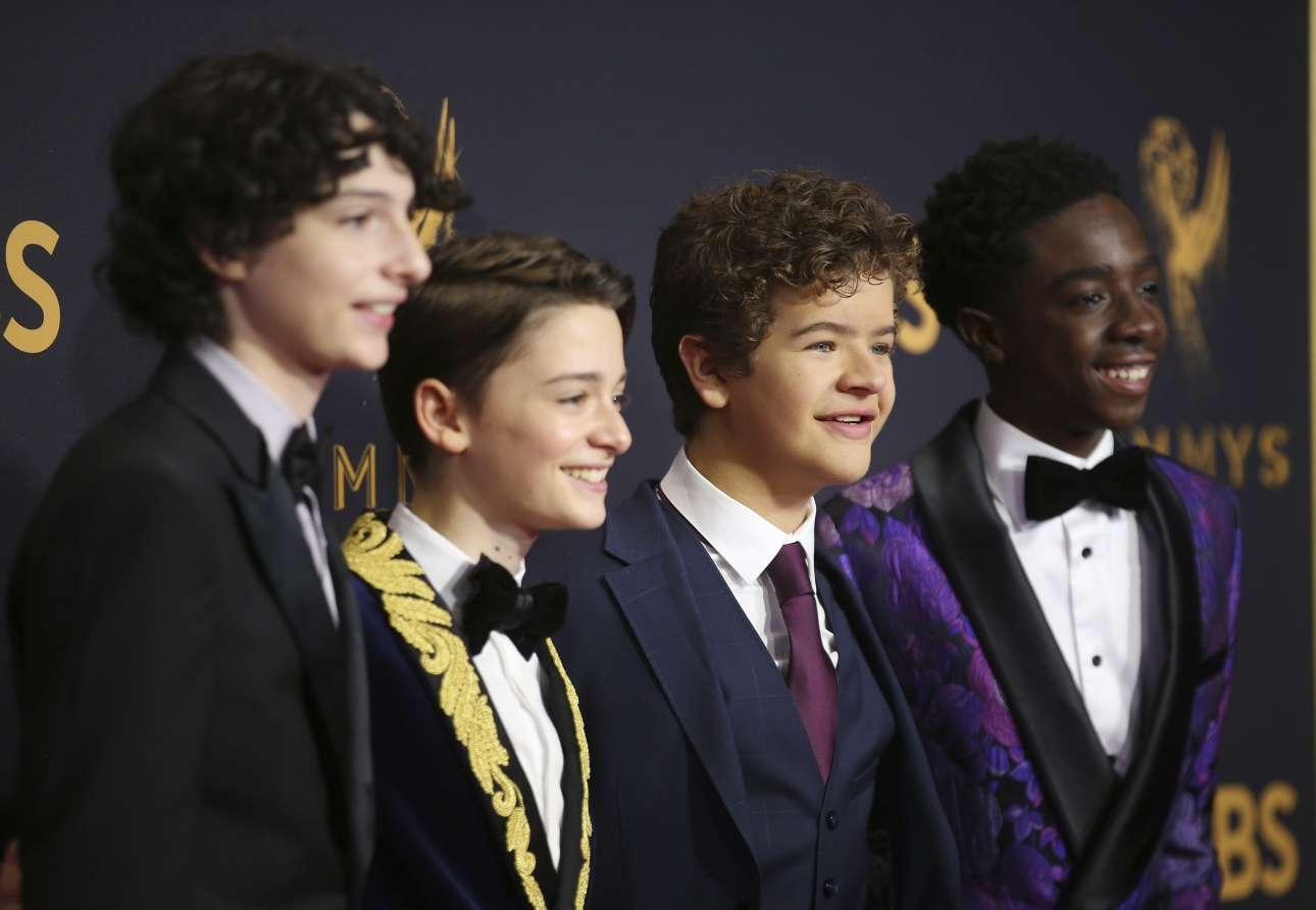 Οι μικροί πρωταγωνιστές της επιτυχημένης σειράς του Netflix, «Stranger Things» ποζάρουν με άνεση στον φακό
