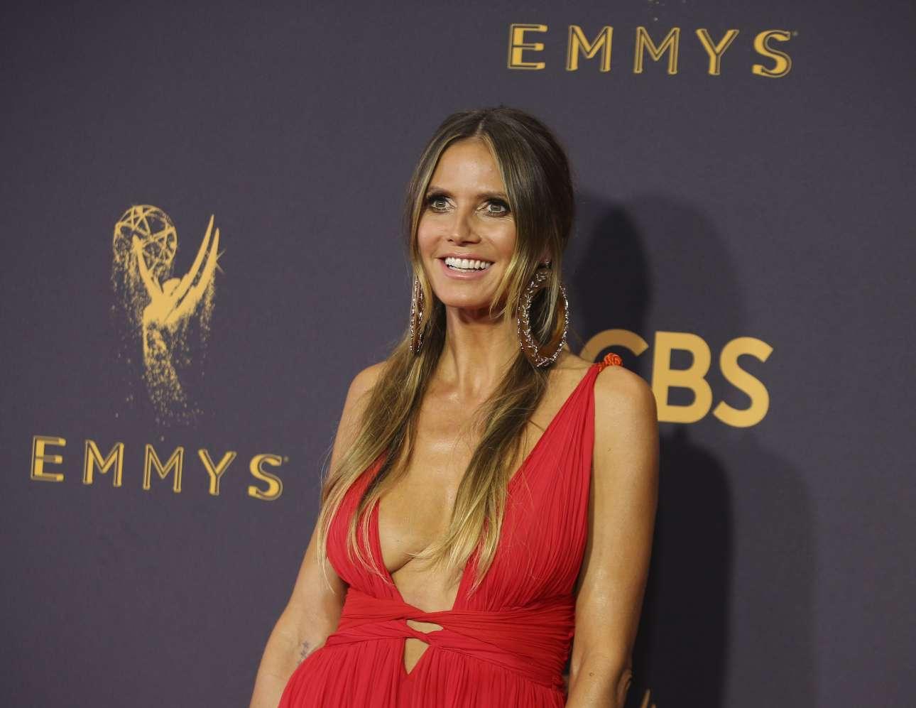 Χάιντι Κλουμ με κόκκινο αποκαλυπτικό φόρεμα